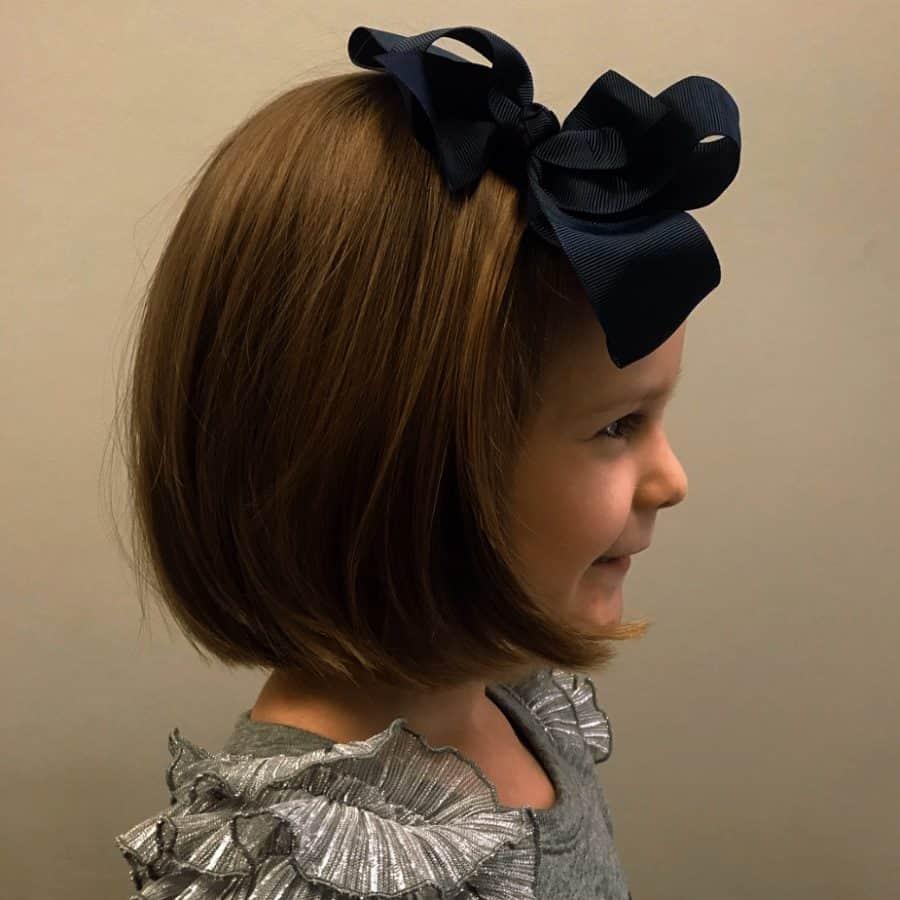 Bob Frisuren Mädchen Nettes Mädchen mit gewelltem Bob-Haarschnitt