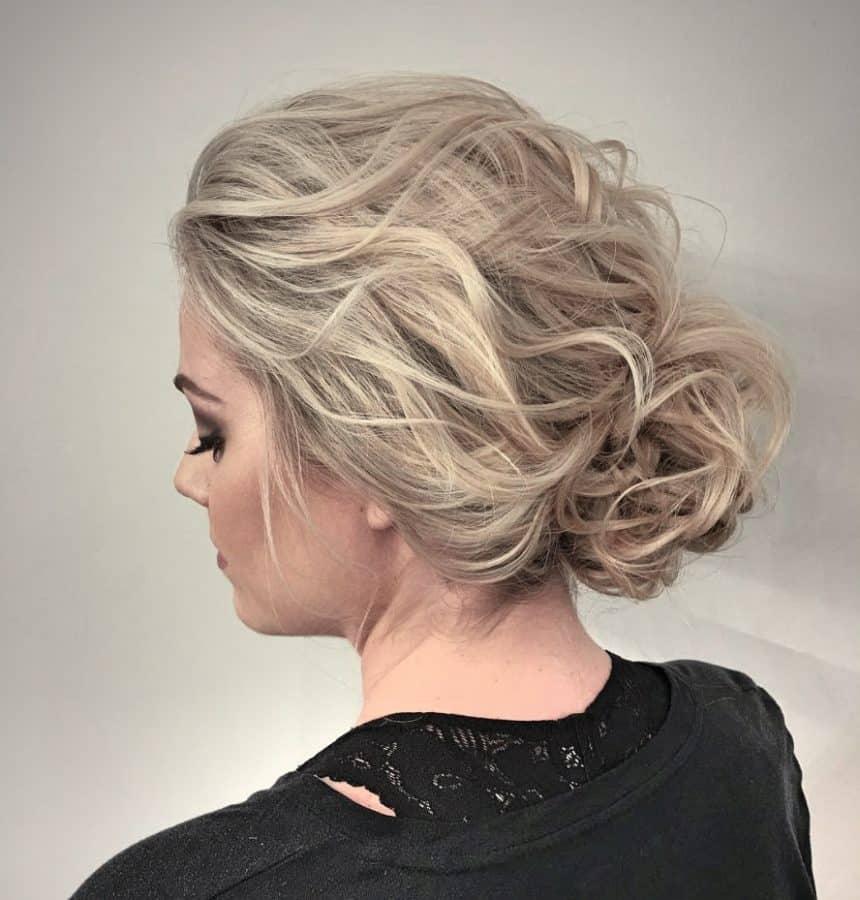 Frisuren Schulterlang Gestuft Ideen Wellenförmiges zurückgezogenes Brötchen