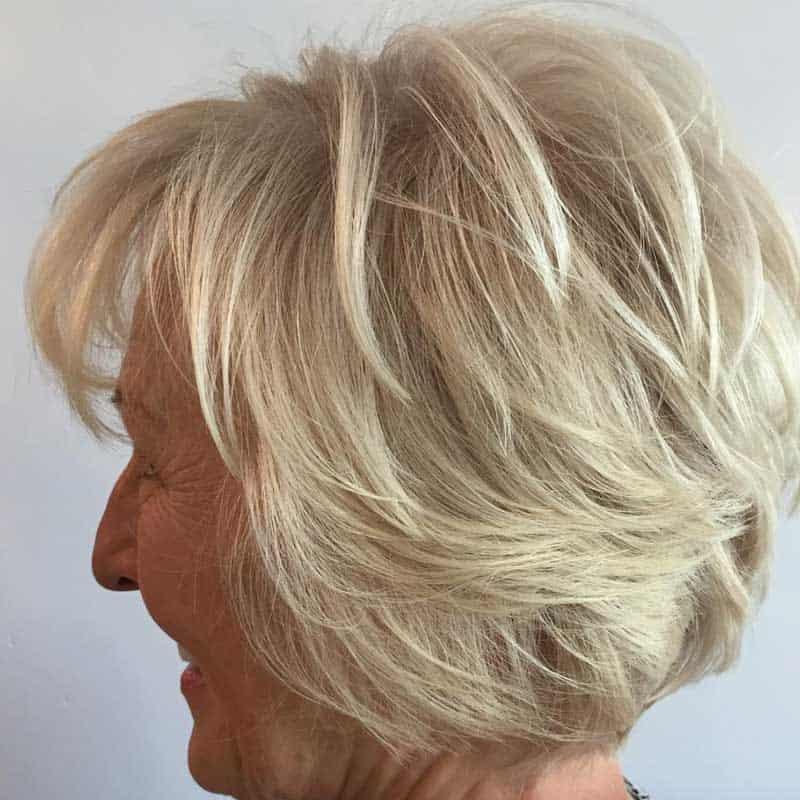 Aschblonde kurzhaarige Frisur