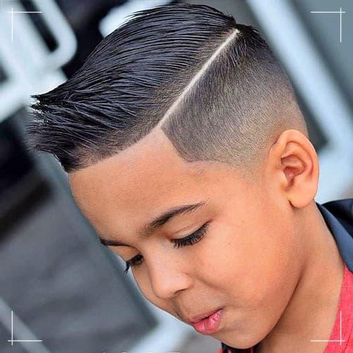 Stacheliges Haar für Jungen mit niedrigem Fade