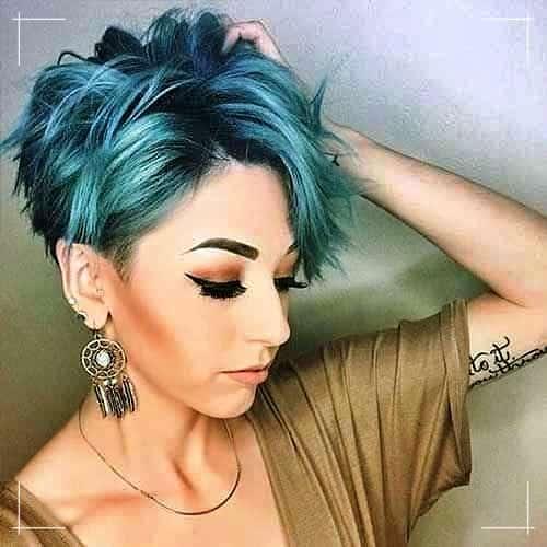 Abgehackte und kurze Frisur für Frauen mit blauem Farbstoff