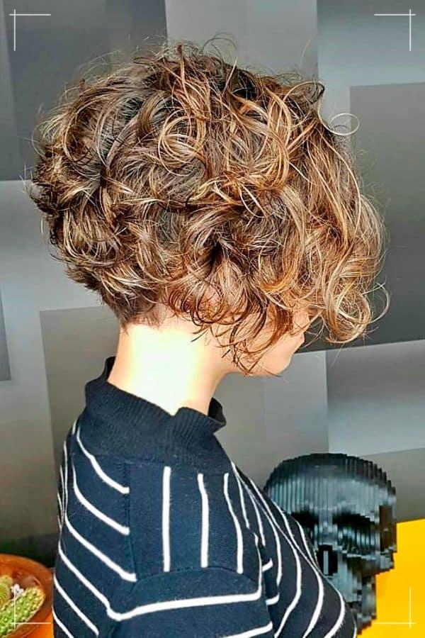 Gestapelte Kurzhaarfrisuren für lockiges Haar