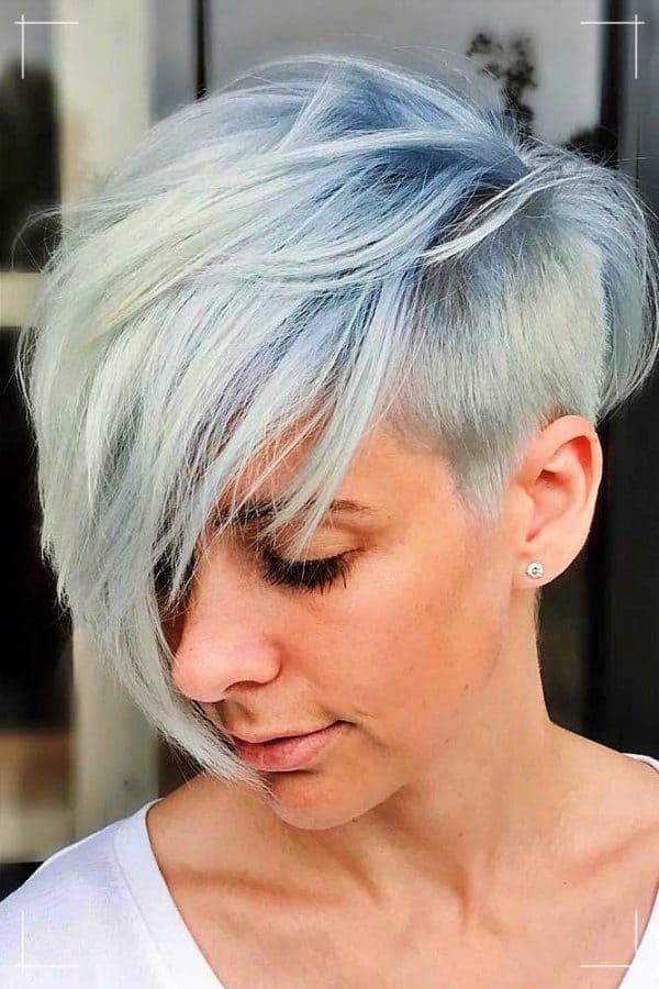 Kurze Frisur mit Blaubeer-Balayage